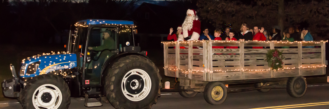 Tractor pulling wagon with Santa